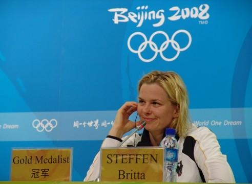 Britta Steffen auf dem Podium bei der Sieger-PK