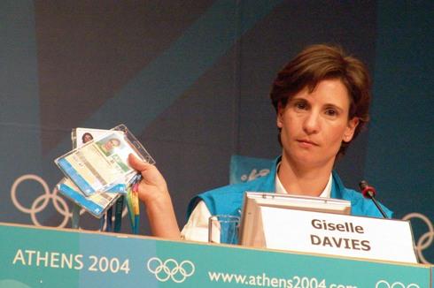 IOC-Sprecherin Giselle Davies 2004 in Athen mit den Akkreditierungen von Thanou, Kenteris und Tsekos