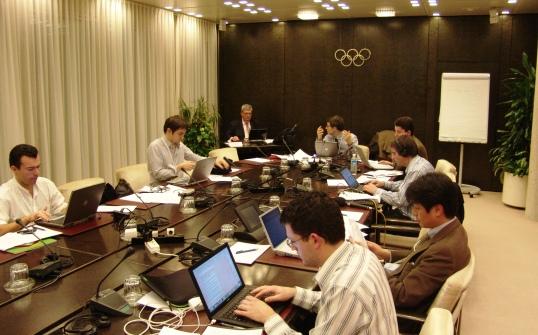 Journalisten bei der Arbeit im Tagungsraum des IOC-Exekutivkomitees, Dezember 2007