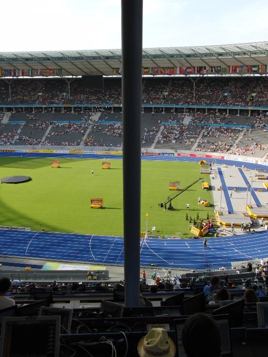 ziemlich leeres Stadion, Zielgerade, Pressetribüne