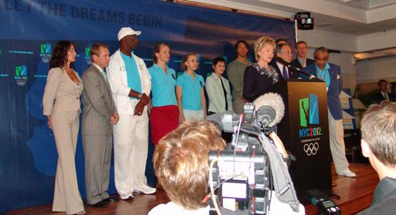 """Hillary Clinton bei einem Auftritt für die """"New York City 2012"""" Kampagne, 2005 in Singapur"""