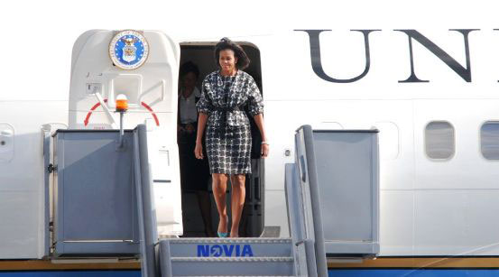 Michelle Obama entsteigt der Air Force Two