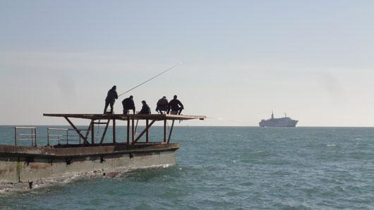 Angler am Hafen von Sotschi