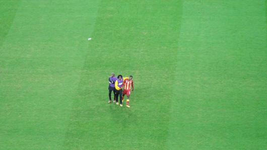 Im Moment der traurigste Fußballer des Planeten: Asamoah Gyan (r). Wann verschießt man schon mal in der 121. Minute eines WM-Viertelfinals einen Elfmeter?
