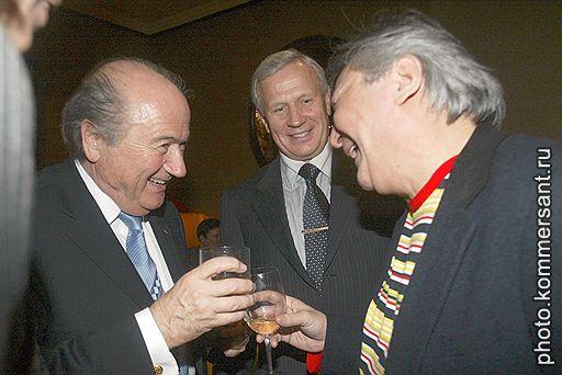 FIFA-Familie: FIFA-Präsident Joseph Blatter, eh. Exekutivmitglied und Blatter-Nutznießer Wjatscheslaw Koloskow, Mafiosi Alimsan Tochtachunow (v.l.)