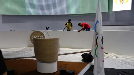 Reinigungskräfte bei der Arbeit im heiligen olympischen Tagungsraum.