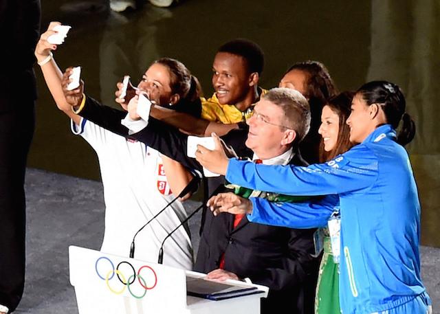 Derlei Fotos werden vom IOC immer öfter verbreitet - Thomas Bach als technikaffiner Freund der Jugend (Foto YOG)