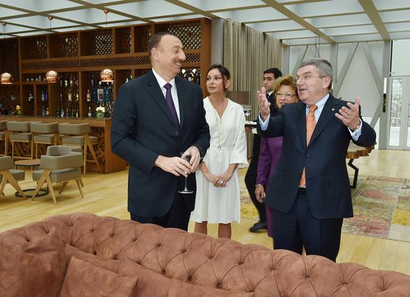 Mit Aserbaidschans NOK-Präsident (sic) Ílham Alijew und der unvergleichlichen Mehriban Alijewa, dem Ganoven-Herrscherpaar (Foto: President of Aserbaidschan)