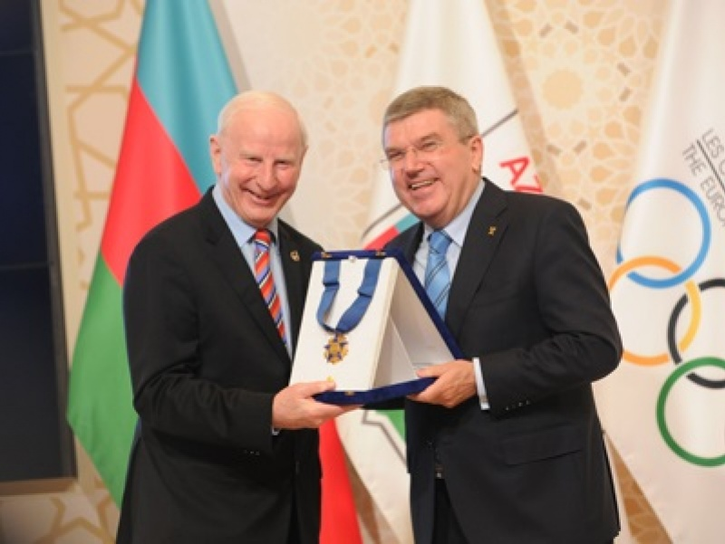 EOC President Patrick Hickey presents IOC President Thomas Bach with the EOC Order of Merit Award / Foto: EOC