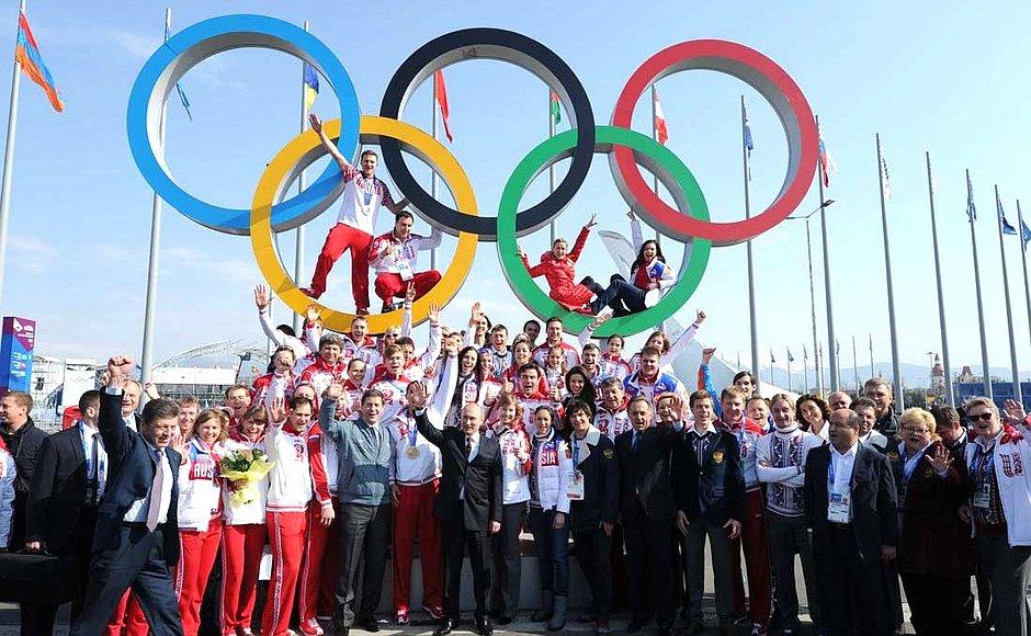 Der Boss der Bosse, Mutko, Kozak, IOC-Mitglied Schukow mit Russlands Medaillengewinnern der Sotschi-Spiele. (Foto: President of Russia)