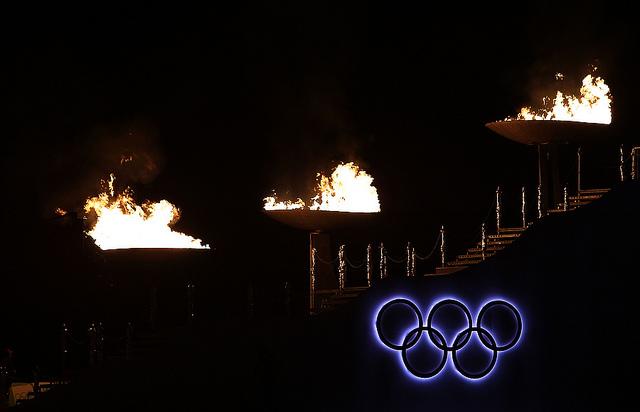 Irgendwie finster: Eröffnung der Olympischen Jugend-Winterspiele 2012 am Bergisel in Innsbruck (Foto: IOC Media via Flickr)