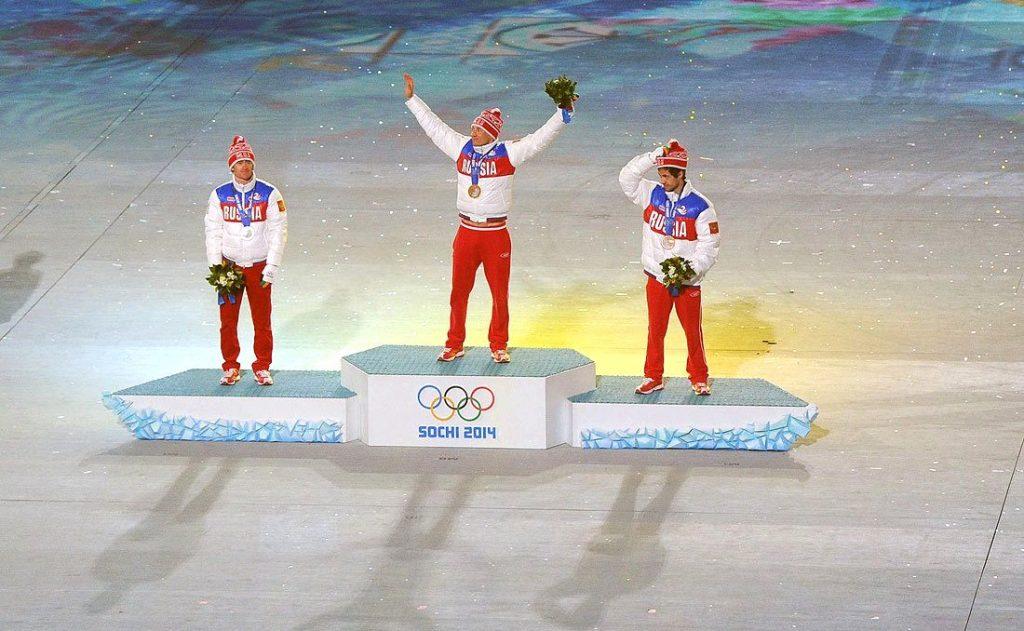 Soschi 2014, das Finale: Ein russisches Trio empfängt die Medaillen nach dem Marathon über 50 km. Alexander Legkow (M.) zieht jetzt vor den CAS. Kollege Wylegschanin ist ebenfalls suspendiert - und läuft trotzdem. (Foto: President of Russia)