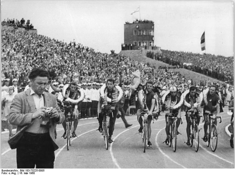Friedensfahrt 1960, Siegerehrung DDR-Mannschaft, Schur diesmal ganz rechts. (Bundesarchiv, Bild 183-73225-0005 / CC-BY-SA 3.0)